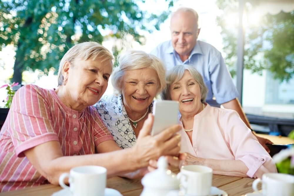 groupe d'amis en contact grâce au maintien à domicile