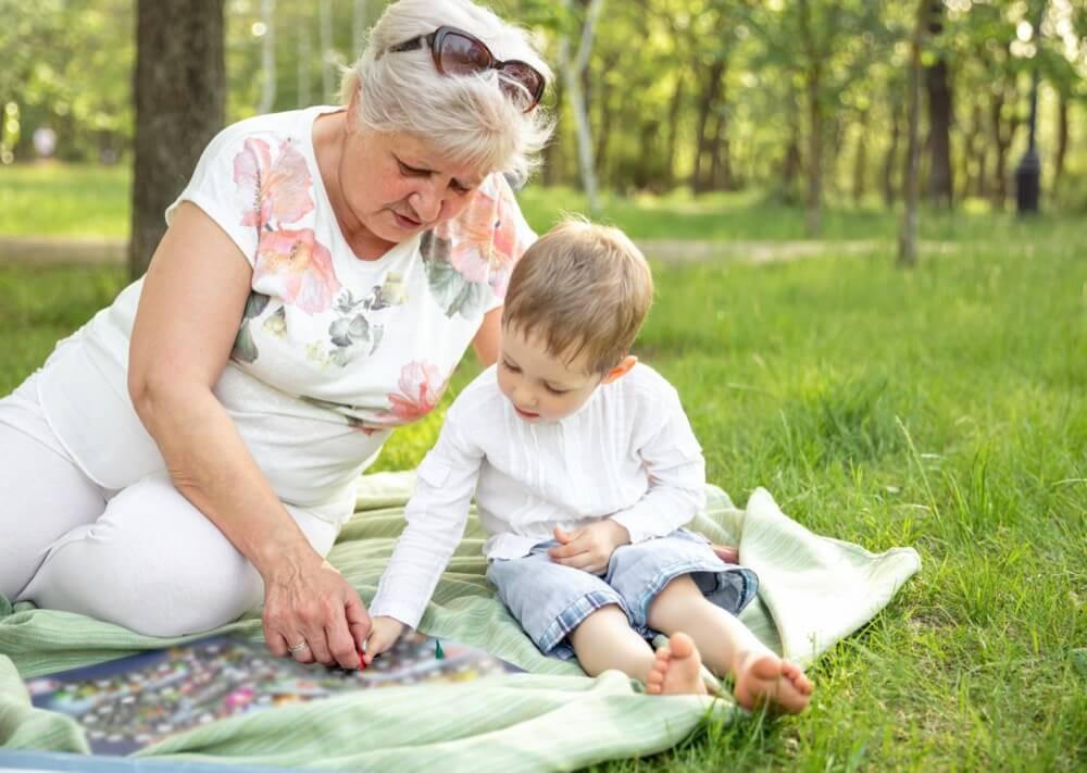 Grand-mère en plein puzzle avec un enfant
