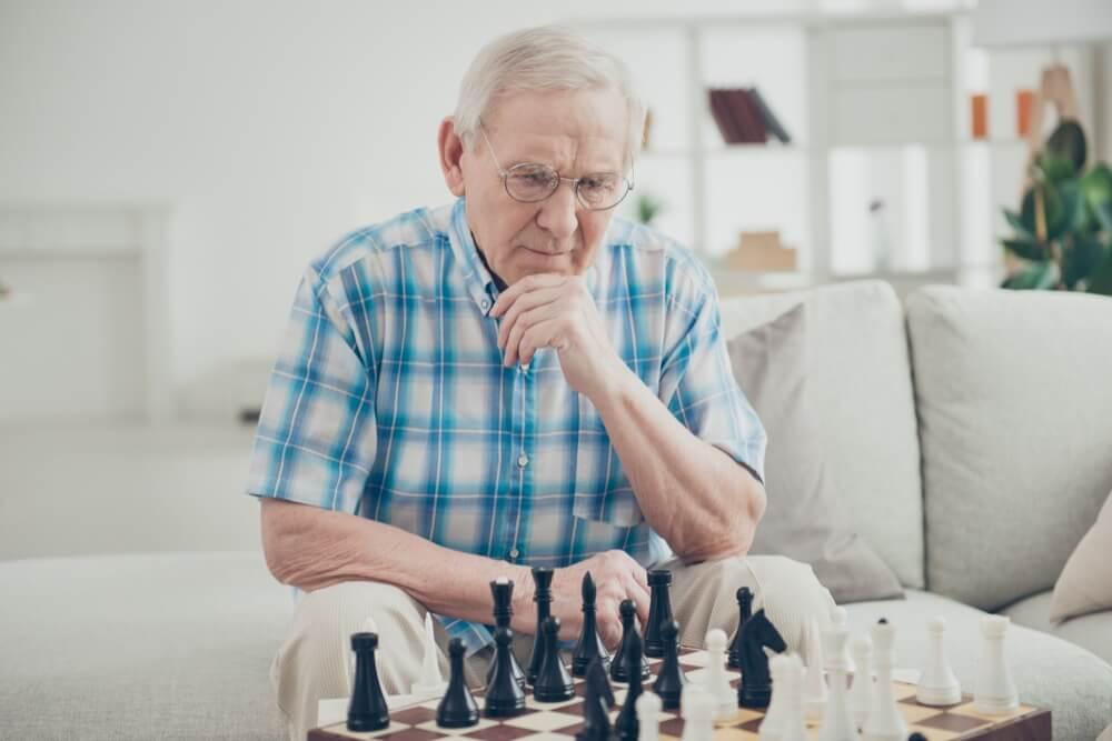 Senior en pleine partie d'échecs