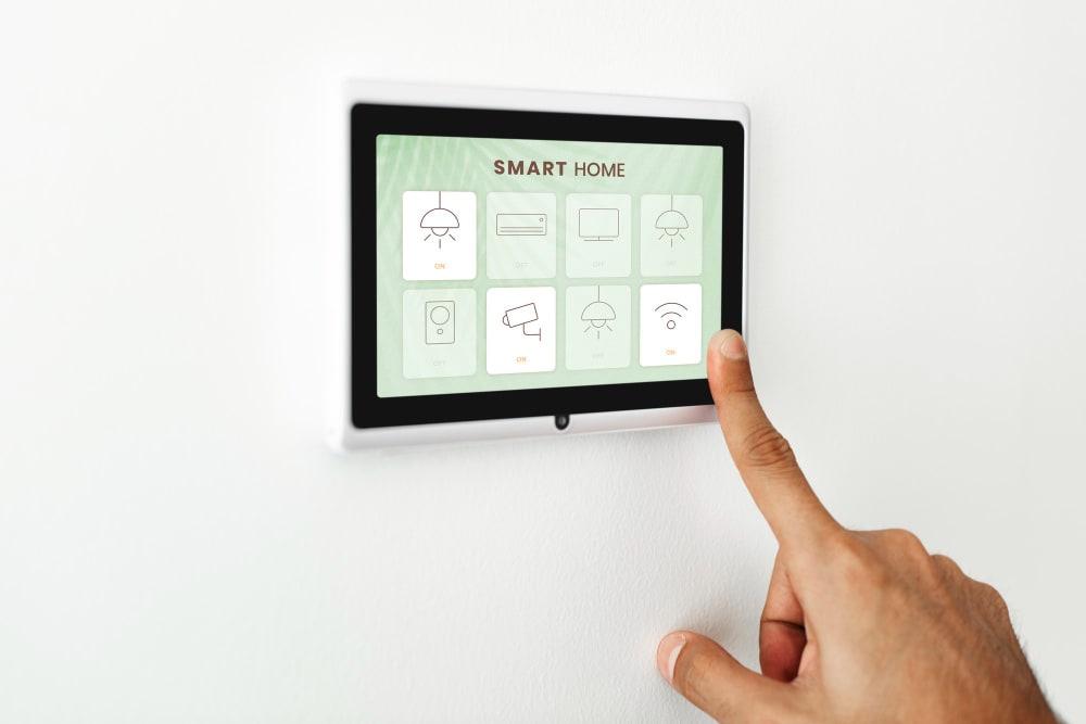 Les avantages de la domotique pour les personnes âgées avec par exemple un écran tactile de contrôle centralisé.