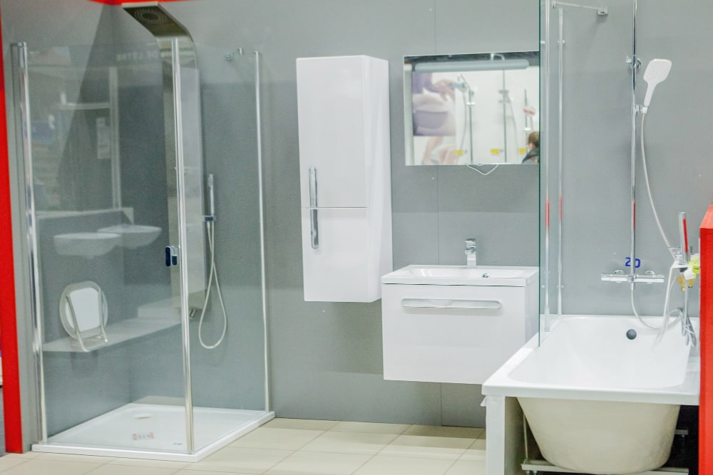 Une douche à l'italienne réduit le risque de chute d'un senior dans la salle de bain.